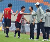 图文:[中甲]成都3-0南京登顶 高翔与教练击掌
