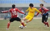 图文:[中超]辽宁2-1陕西 于汉超拼抢