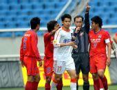 图文:[中超]重庆1-1青岛 裁判认可青岛进球