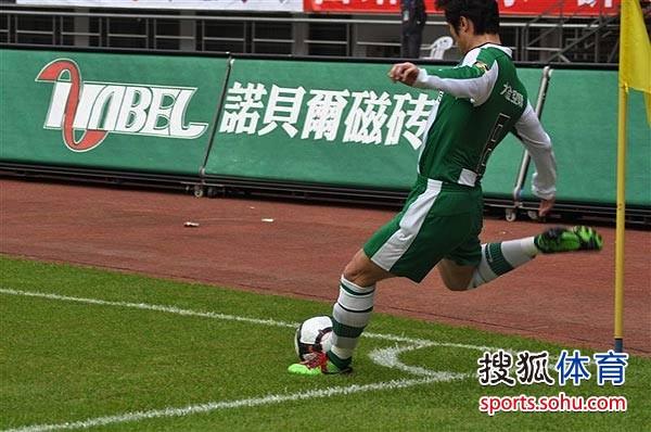 图文:[中超]杭州1-1长沙 李彦主罚角球