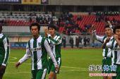图文:[中超]杭州1-1长沙 球员致谢球迷