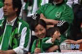 图文:[中超]杭州1-1长沙 美女携宝宝观战