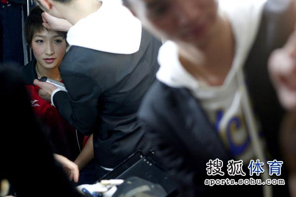 造型师为刘诗雯整理头发图片