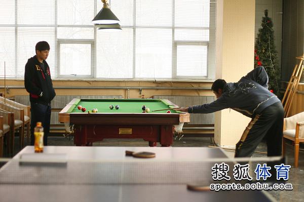 图文:男乒队员打台球 陈�^看王励勤