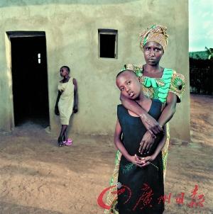 卢旺达母亲旁白:我爱大女儿,因为她是爱的结晶,她的父亲是我的丈夫;二女儿则是强奸的产物。