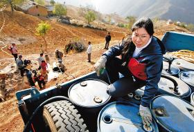 经过两个多小时的颠簸后,管艳将水送到岔河村民小组 本报特派云南记者 赵滨 摄