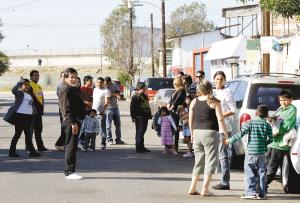 居民逃到街上避难