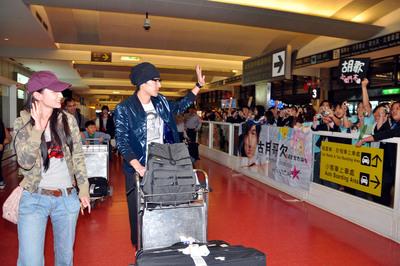 胡歌5日与女演员张萌乘飞机抵台
