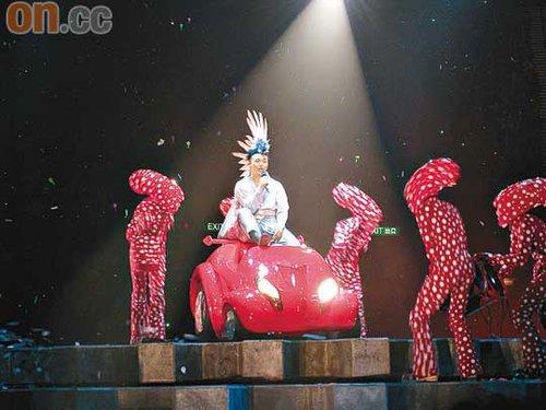 风骚的陈奕迅在台上表现甚兴奋,更大玩不雅及粗言谐音