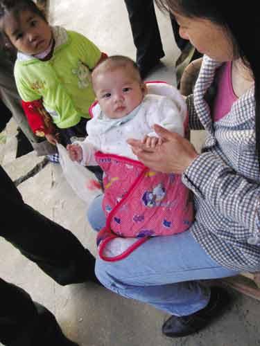 被解救的婴儿在农户家得到很好照顾