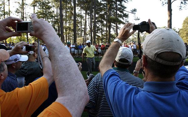 图文:全美高尔夫名人赛练习赛 伍兹成媒体焦点