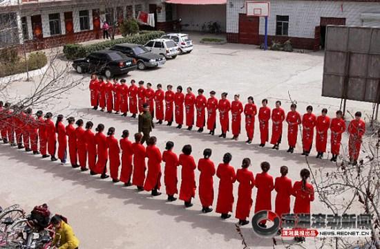 河北魏县选160名女教师做礼仪引非议图片