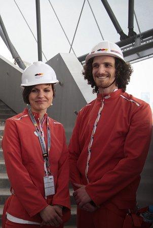 德国馆工作人员身穿橘红色制服接受采访。早报世博记者 赵静 图