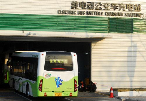 2010年4月5日,上海,工人为世博园区纯电动公交车更换蓄电池。