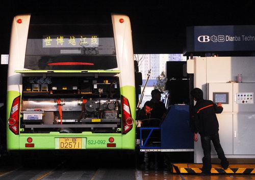 2010年4月5日,上海,工人为纯电动公交车更换蓄电池。