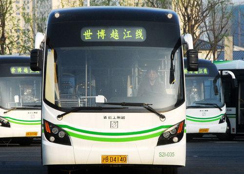 2010年4月5日,上海,行驶在世博园区的纯电动公交车。