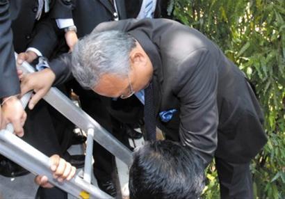 □泰国副总理素贴借助梯子,撤离国会大院。