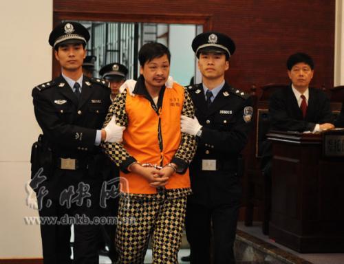 郑民生被带入庭审现场