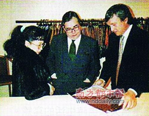 狄娜跟Dr.Gucci(右一),将品牌打入中国,因合作而渐生情愫