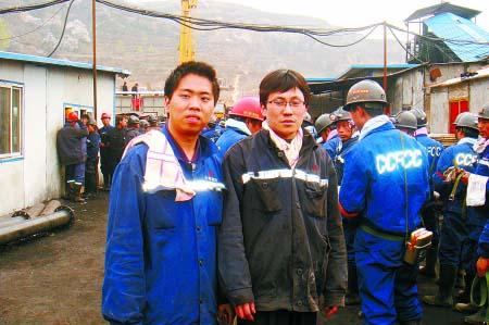 本报记者(左)和王成杰在一起,背后是即将出发的救援队员