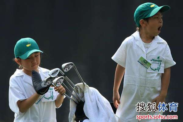 图文:2010名人赛三杆洞竞赛 崔京周可爱的儿女