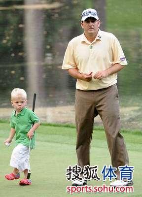 图文:2010名人赛三杆洞竞赛 本-科蒂斯与儿子