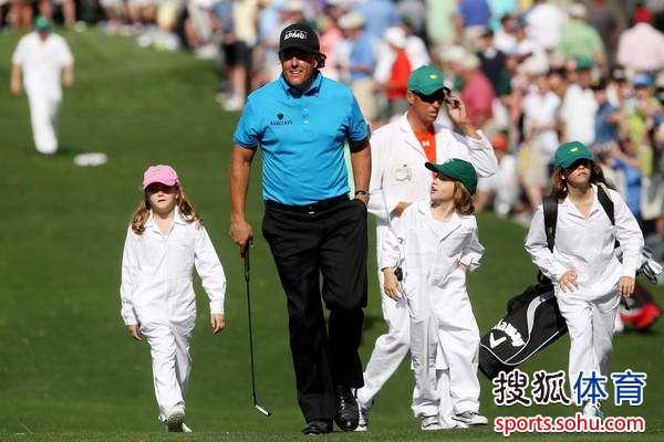 图文:名人赛3杆洞竞赛 菲尔与三个可爱的孩子