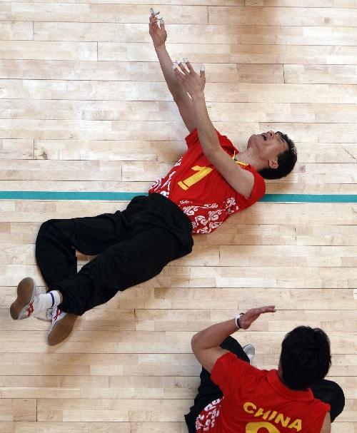 4月8日,中国国家队队员仝徼(上)在比赛中为本队失分而痛心.