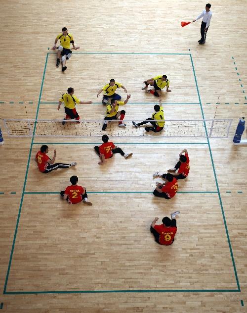 4月8日,中国国家队队员(下)和哈萨克斯坦阿特劳队队员在比赛