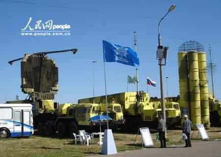 S-300导弹发射筒和雷达。