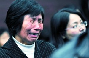 """昨日,遇害者家属在法庭上含泪旁听。当日,福建省南平市中院开庭审理南平""""3・23""""恶性杀人案并作出一审判决:判处被告人死刑。新华社记者张国俊摄"""