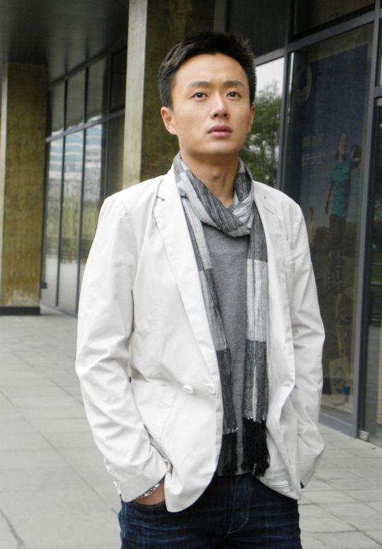 吴健白色西装时尚造型