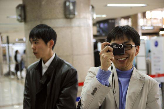 图文:韩国八悍将兵发东京 活泼睦镇硕玩拍照