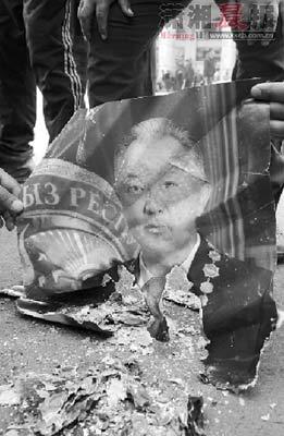 4月8日,吉尔吉斯斯坦首都比什凯克,反对派支持者焚烧总统巴基耶夫的画像。图/CFP
