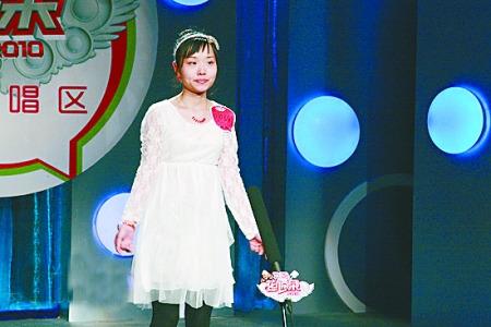 一名身穿白裙、头戴白色发箍的女选手唱《映山红》