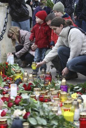 民众用鲜花和烛光哀悼总统