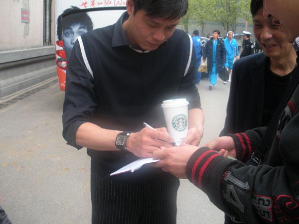 图文:[中甲]湖北0-0东亚 范志毅赛前签名