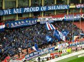 图文:[中超]上海2-1杭州 申花球迷挥舞旗帜
