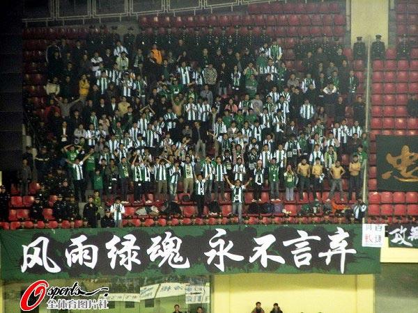 图文:[中超]上海2-1杭州 绿城球迷方阵