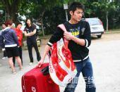 图文:中国羽毛球队出征亚锦赛 林丹背包现身
