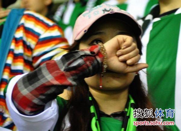 图文:[中超]绿城球迷观战 球迷痛哭