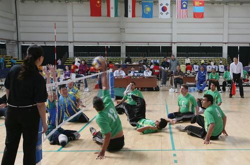 男子坐式排球亚俱杯 倒地进行比赛