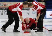 图文:男子冰壶世锦赛决赛 加拿大队在比赛中