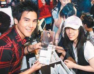 彭于晏(左)当一日店长,宣传首张个人EP《非爱不可》