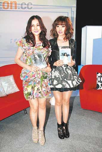 谢安琪(左)与张靓颖在活动上交换新碟,互收宣传之效