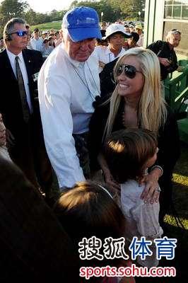 图文:2010美国名人赛决赛 妻儿祝贺老米夺冠