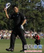 图文:2010美国名人赛决赛 崔京周向观众致意