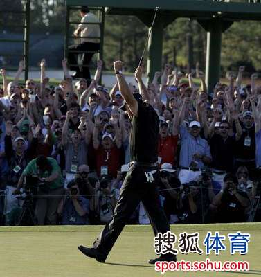 图文:2010美国名人赛决赛 球迷发起欢呼