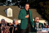 图文:2010美国名人赛决赛 米克尔森穿上绿夹克