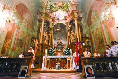 华沙一教堂为波兰总统夫妇举行悼念仪式